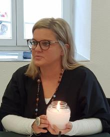 """""""Brennt die Kerze, ist der Künstler anwesend"""", zeigt Organisatorin Daniela Senn auf."""