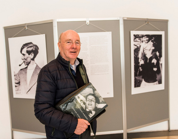 """Prof. Bernhard Hippler bei der Uni-Ausstellung mit Blick ins Buch: """"Die Erinnerung muss mehr als Pflichtübung sein."""""""