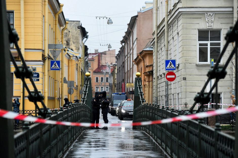 Russische Behörden blockierten die Brücke über die Moika an der Stelle, an der der Professor mit den Leichenteilen aus dem Wasser gezogen wurde.