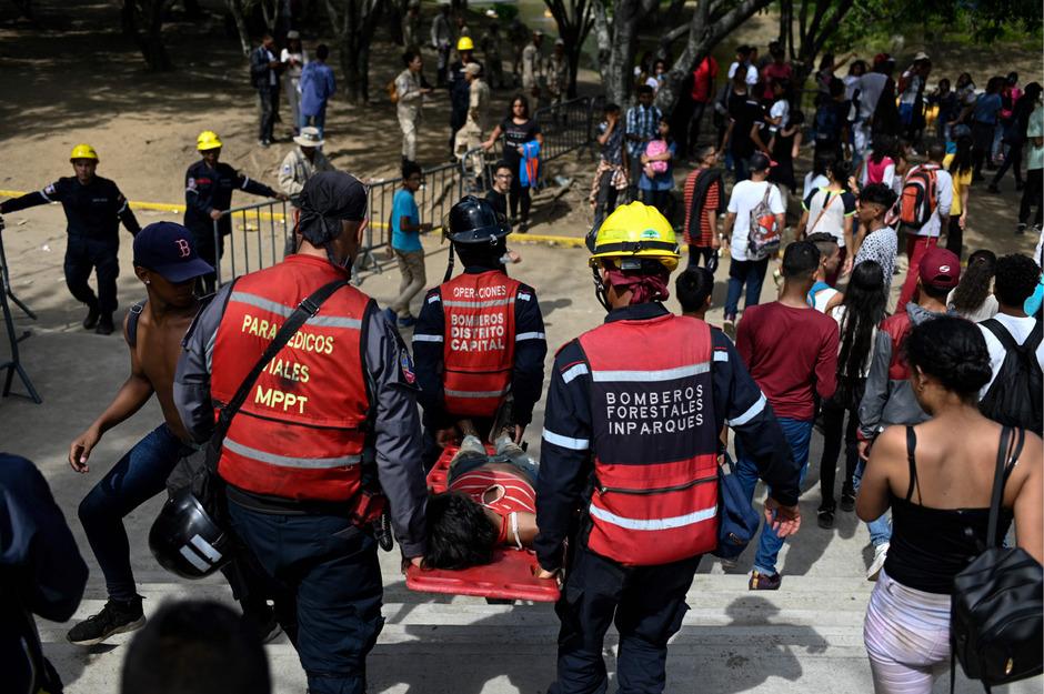 Rettungskräfte bargen Verletzte nach dem Massen-Gedränge.