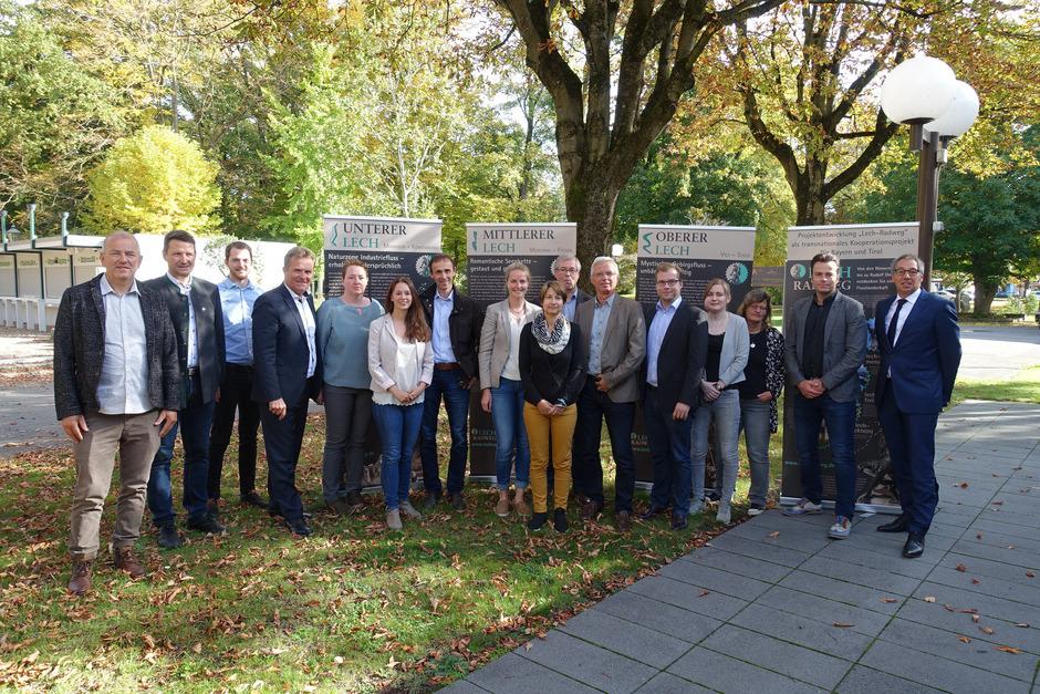 Touristiker, Energieversorger und Naturschützer aus dem Lechtal, dem Allgäu und Schwaben gaben kürzlich in Augsburg den offiziellen Startschuss für das neue, grenzüberschreitende Radwegprojekt von Steeg bis Marxheim nahe Donauwörth.