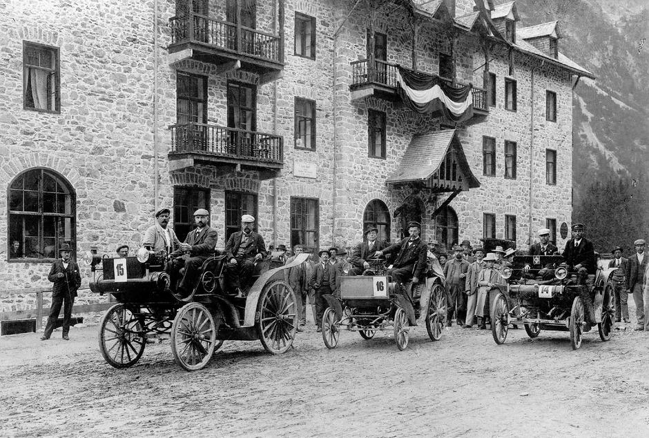 1898 vor dem Trafoi-Hotel: Die Teilnehmer der ersten Tiroler Automobil- und Radwettfahrt stellten sich zum Start auf. als zweiter Wagen – mit der Nummer 16 – zu sehen ist Baron Theodor von Liebieg.