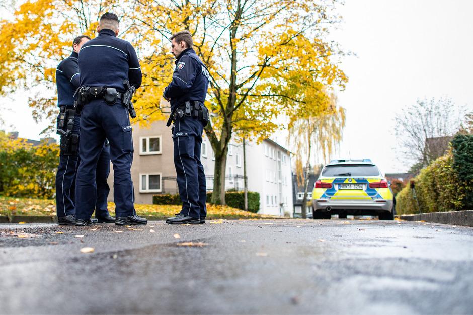 Polizisten stehen vor dem Haus, in dem der Dreijährige von seiner Halbschwester ermordet worden sein soll.