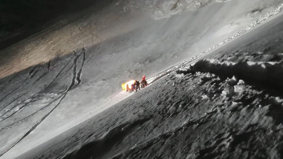 Einsatzkräfte versorgten den schwer verletzten Chinesen, bevor er ins Tal gebracht und mit dem Hubschrauber in die Klinik Innsbruck geflogen werden konnte.