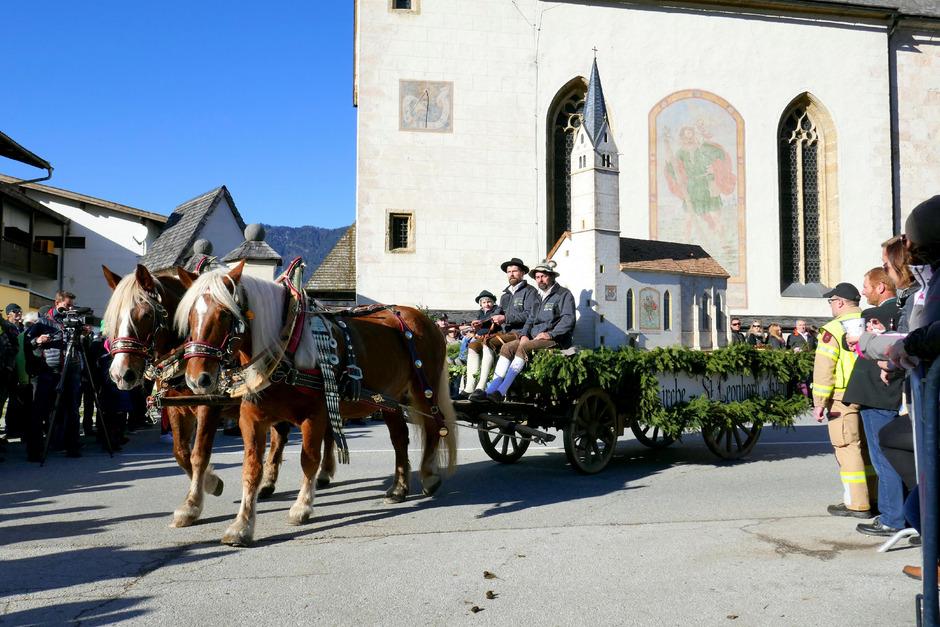 Sogar eine Nachbildung der Wallfahrtskirche St.Leonhard (l.) gab es beim Umzug in Kundl zu bestaunen.