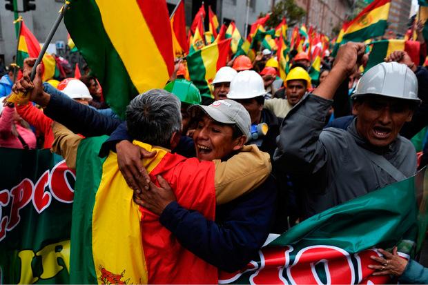 In La Paz fielen sich die Menschen in die Arme und feierten den Rücktritt des Präsidenten.