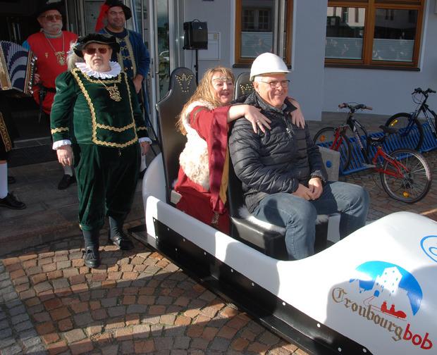 Der Cronbourg-Bob der Zammer Ritter feierte am Montag Premiere: BM Siggi Geiger und Gräfin Sonja genossen die Jungfernfahrt.