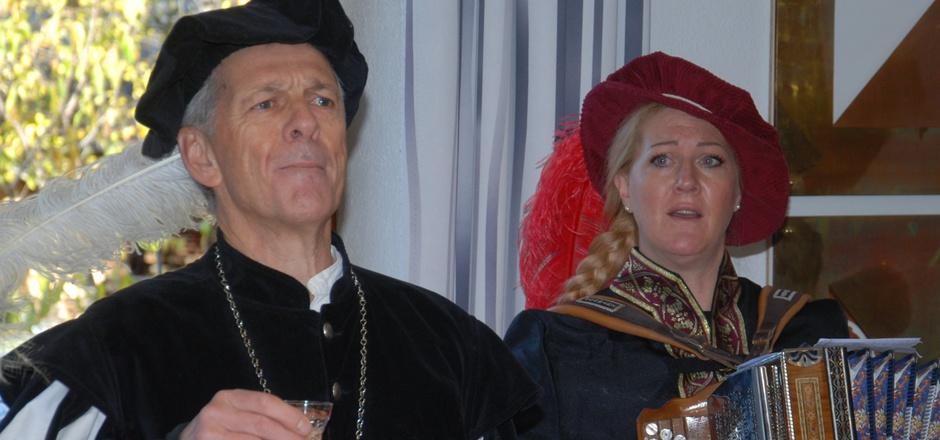 Marschallo Helmut Gstir und Edith Deutschmann stimmten Ritterlieder an.