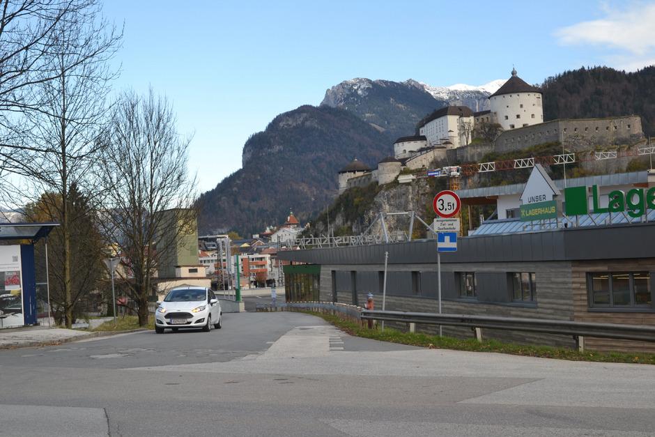 Das Schild mit dem Hinweis Sackgasse soll verschwinden und die Kufsteiner Ladestraße öffentlich werden.