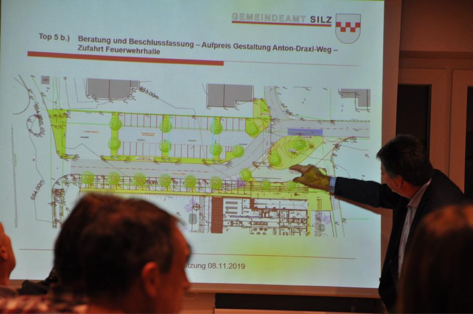 """Der Plan für eine """"Bringbucht"""" anstelle des Kreisverkehrs (u.), wie von BM Helmut Dablander präsentiert, wurde abgelehnt."""