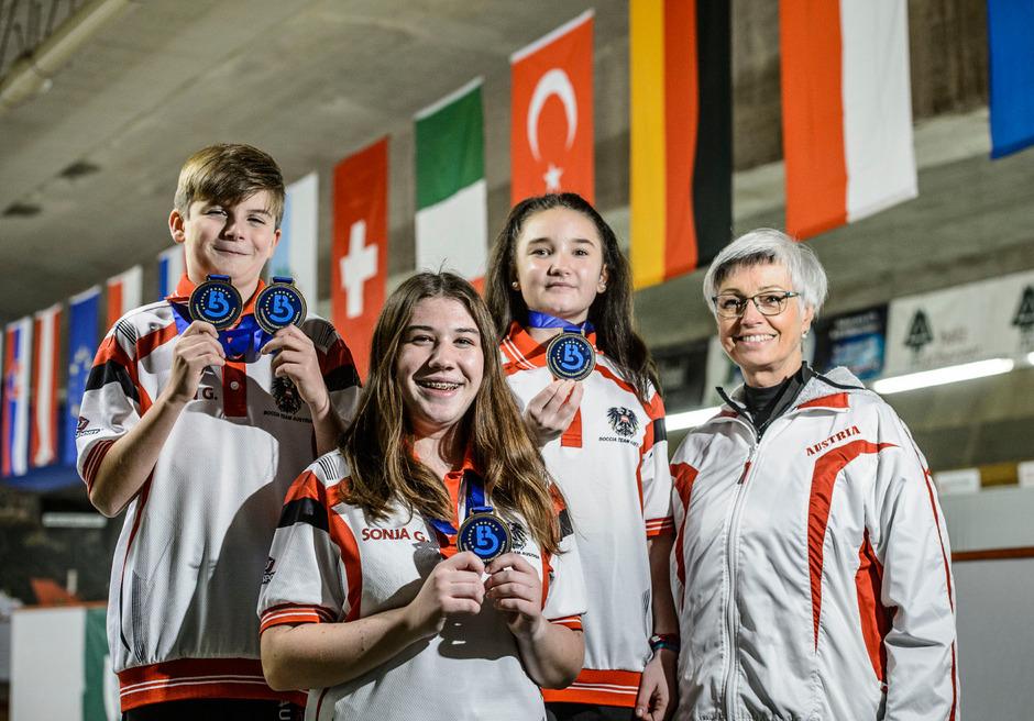 Der Stolz kannte beim rot-weiß-roten Boccia-Team keine Grenzen: Simon Gadner, Evi Werth, Sonja Gleißner und Trainerin Beate Reinalter (v.?l.) mit den ergatterten EM-Medaillen.