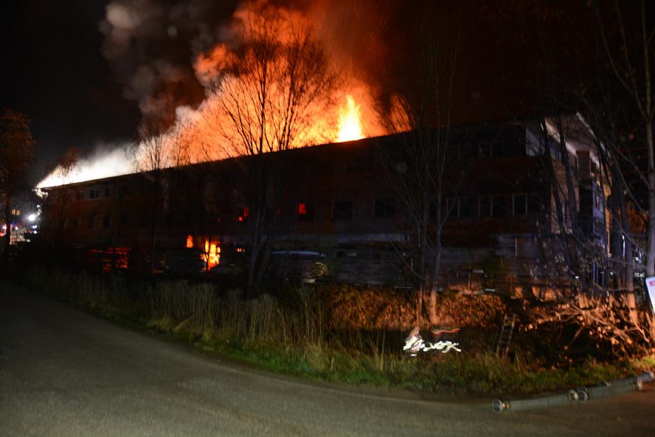 310 Feuerwehrleute aus den Bezirken Kitzbühel und Kufstein wurden alarmiert.
