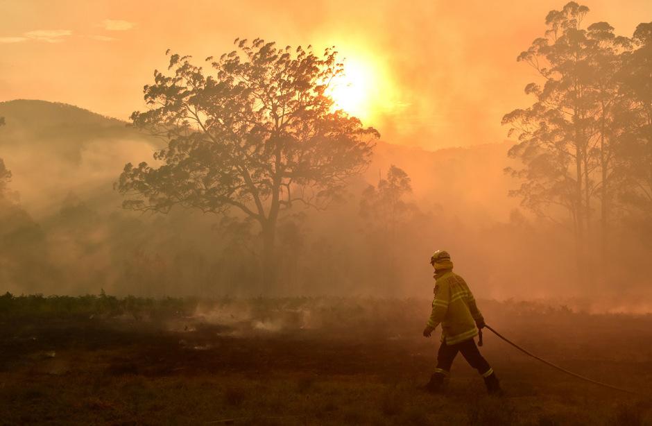 """Angesichts der von starken Winden begleiteten Hitze befürchteten die Einsatzkräfte """"katastrophale"""" Brandbedingungen in der ohnehin knochentrockenen Region."""