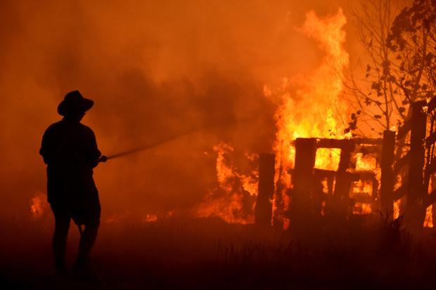 Bei den Bränden sind seit vergangener Woche mindestens drei Menschen ums Leben gekommen und etwa 100 verletzt worden.