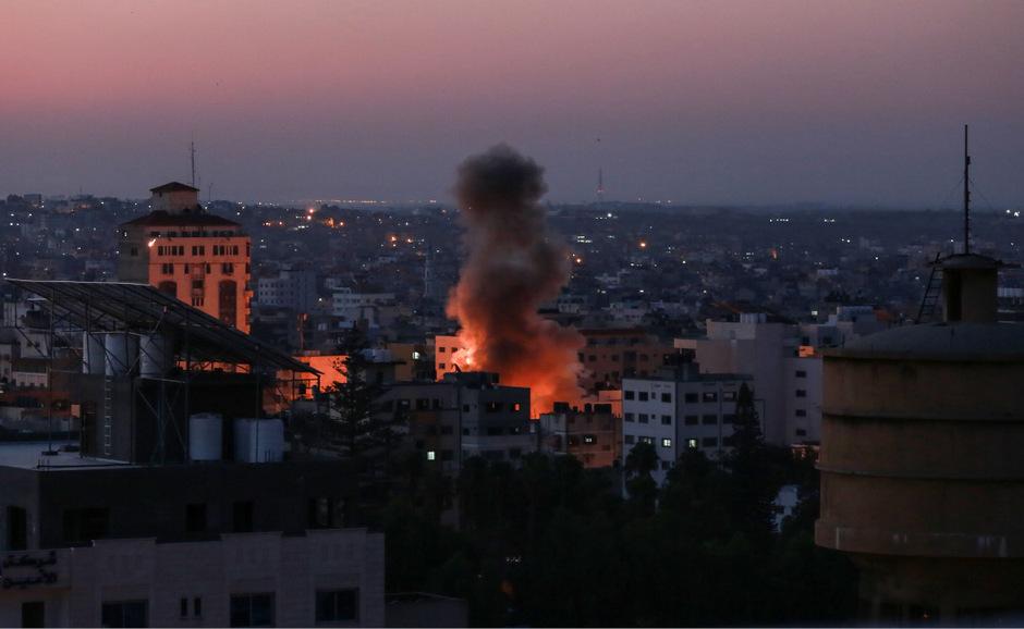 Rauch steigt über Israel nach dem Raketenbeschuss auf.
