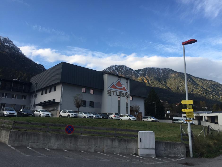 Die Firma Stubai ZMV möchte unterhalb des Stammgebäudes in Fulpmes eine Lagerhalle mit zusätzlichen Büroflächen errichten.
