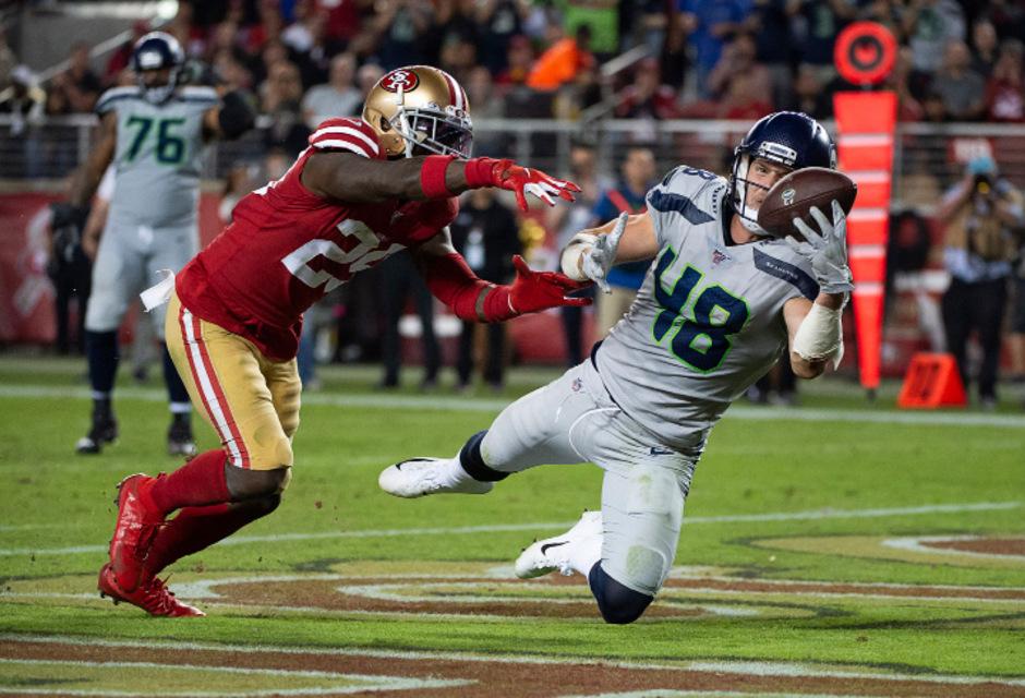San Franciscos Jaquiski Tartt kann den Touchdown von Seattles Jacob Hollister nicht verhindern.