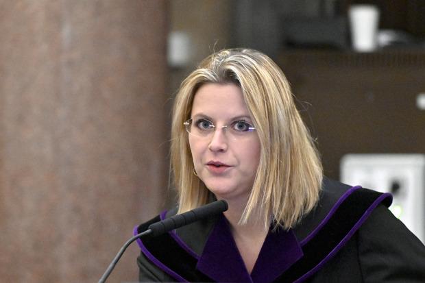 Richterin Marion Hohenecker ging mit dem Zeugen gewohnt genau die Kontounterlagen durch.
