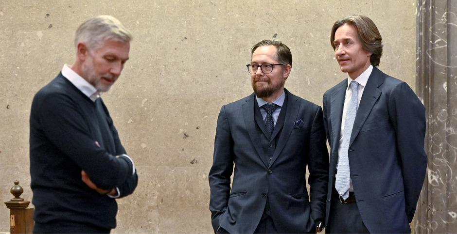 Die Angeklagten Walter Meischberger (l.), Karl Heinz Grasser (r.) und Anwalt Norbert Wess.