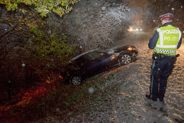 Auf der Völser Straße ist ein Auto in eine Böschung geschlittert.