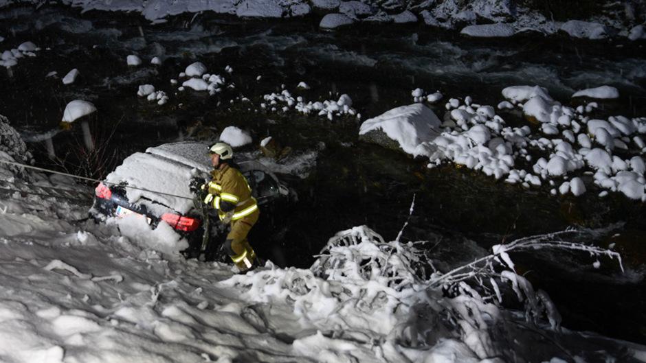 Auf der Schneeglatten L13 Richtung Sellrain kam ein Auto von der Strasse ab und schlitterte in die Melach.