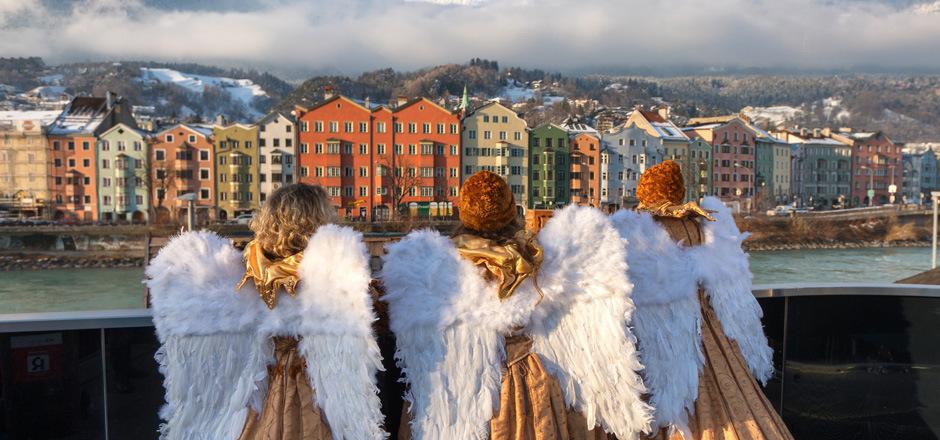 Innsbruck versteht es, seine Besucherinnen und Besucher auf Weihnachten einzustimmen. Bald klingt und singt, funkelt und leuchtet, duftet und schmeckt es in der Stadt und auf dem Berg, dass es eine helle Freude ist.