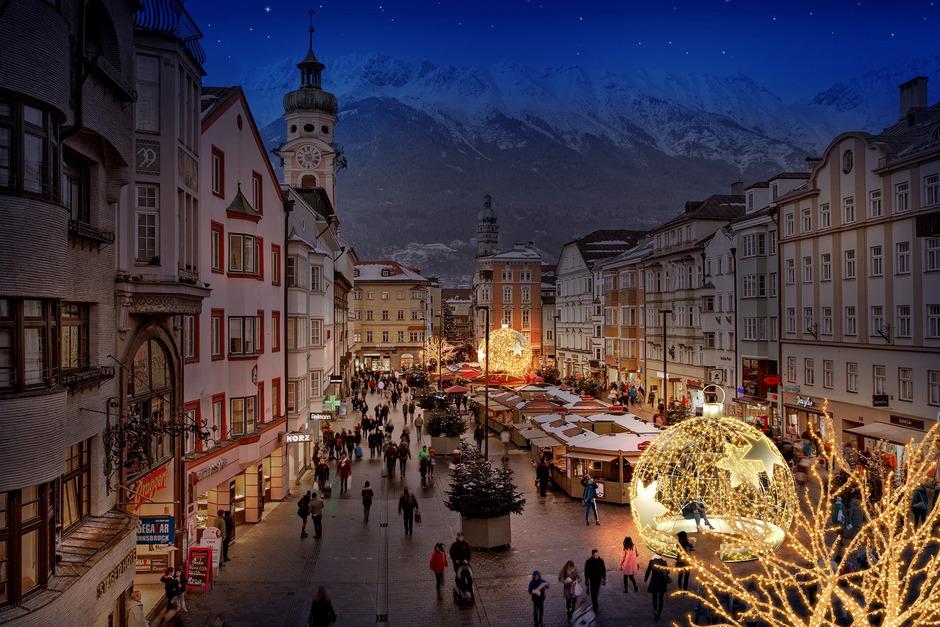 Riesenchristbaumkugeln leuchten in der Maria-Theresien-Straße den Weg Richtung Weihnachten.