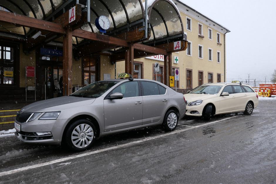 Taxi fahren um zwei Euro: Das ermöglichen die Gutscheine der Stadt Lienz, die an über 65-Jährige, Mütter mit Kleinkindern und andere Bevölkerungsgruppen vergeben werden. Ab 2020 wird das teurer.