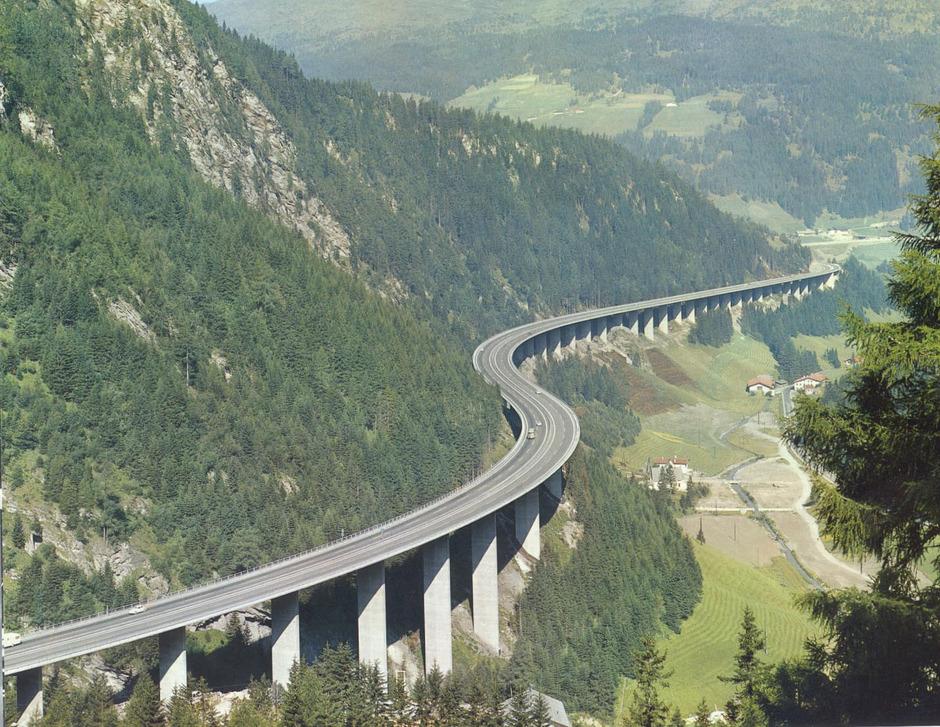 Die 1,8km lange Luegbrücke: ein Nadelöhr der Brennerautobahn im Wipptal. Wenn hier gebaut wird, gilt es, den drohenden Verkehrskollaps abzuwenden.Foto: Asfinag