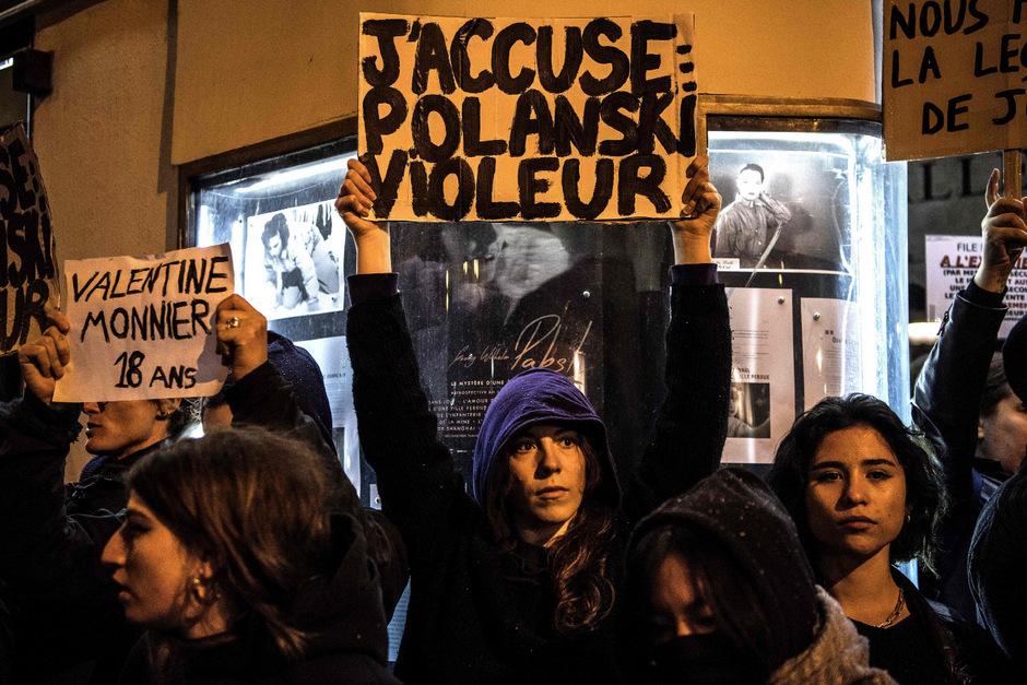 """""""Polanski Vergewaltiger"""" steht auf dem Spruchband einer Demonstrantin."""