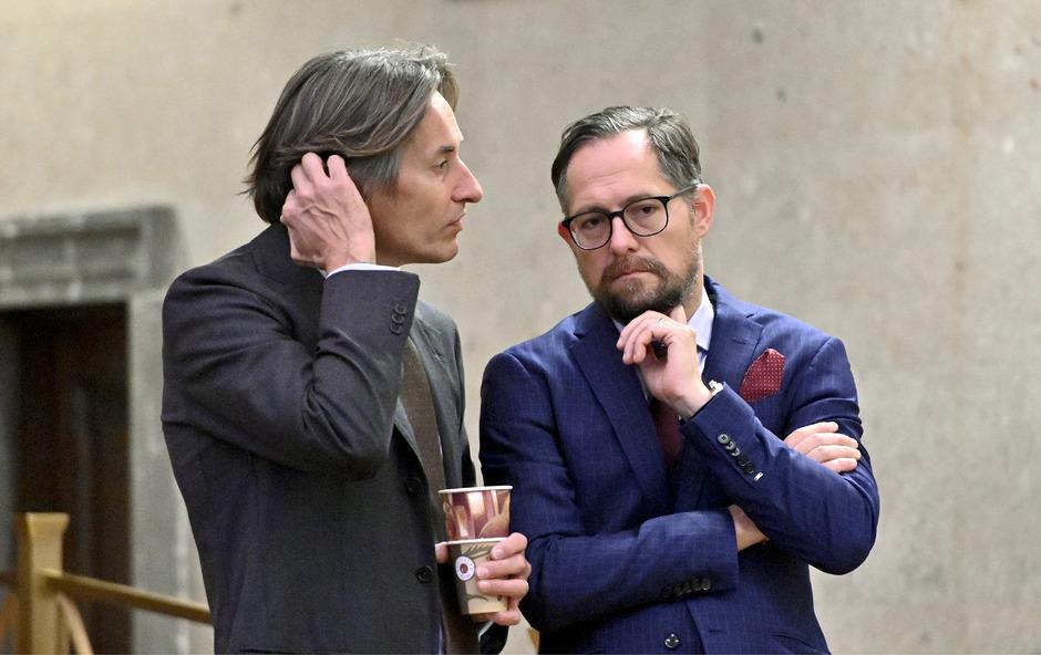 Der Angeklagte Karl Heinz Grasser (l.) und Anwalt Norbert Wess.