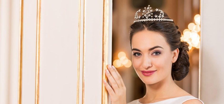 """Designer Christian Lacroix ließ sich bei der Gestaltung der Tiara von der """"Königin der Nacht"""" aus Mozarts """"Zauberflöte"""" inspirieren."""
