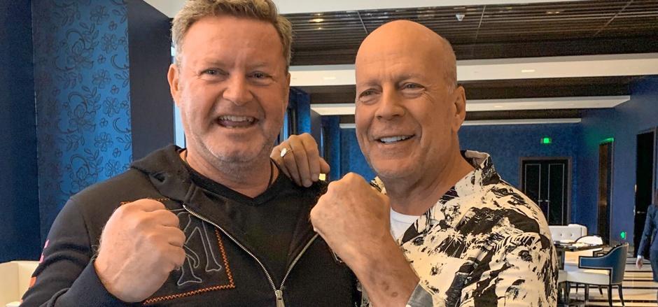Harte Fäuste für ein Halleluja und Umsätze in China: Christian Jäger (links) traf sich in Shanghai auch mit Hollywood-Star Bruce Willis.