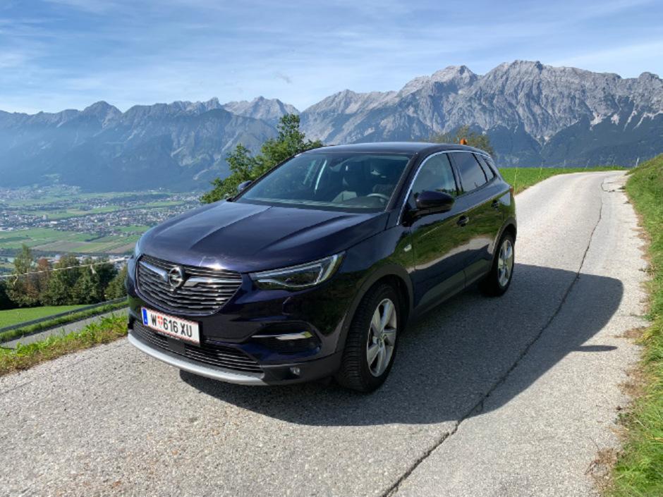 Strahlt mit der Tiroler Bergkulisse um die Wette: der Opel Grandland X.