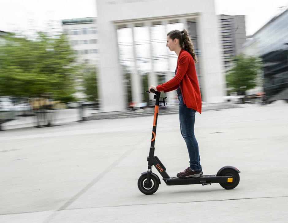 Die E-Scooter-Betreiber wollen die Nutzung der Fahrzeuge zeitlich ausweiten. In der Stadt ist man diesbezüglich skeptisch.