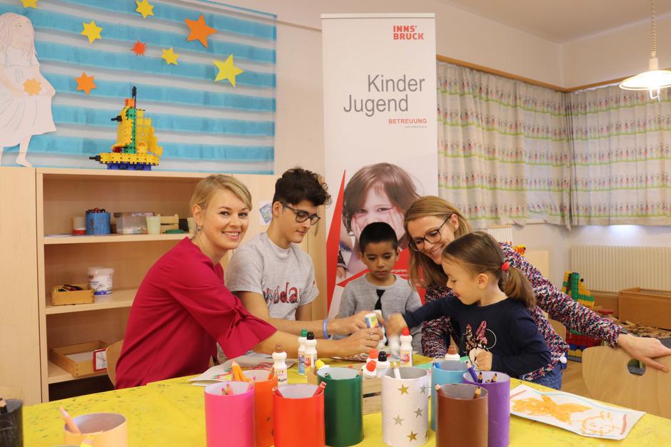 """Kris Stoyanov (2.v.l.) schnupperte beim """"Boys' Day"""" im Kindergarten Mitterweg. StR Elisabeth Mayr (l.) und Barbara Schett (Referatsleiterin Pädagogische Bildung und Entwicklung) machten sich ein Bild."""
