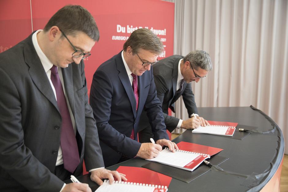 Maurizio Fugatti, Günther Platter und Arno Komapatscher (v.l.) unterzeichnen das Euregio-Regierungsprogramm.