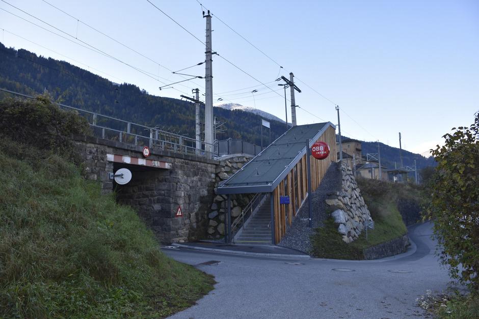 Die Maßnahmen am Bahnhof Roppen haben mehr als drei Millionen Euro gekostet. Dazu zählt der Stiegenaufgang zum Bahnsteig2 – der barrierefreie Zugang befindet sich an anderer Stelle weiter hinten.