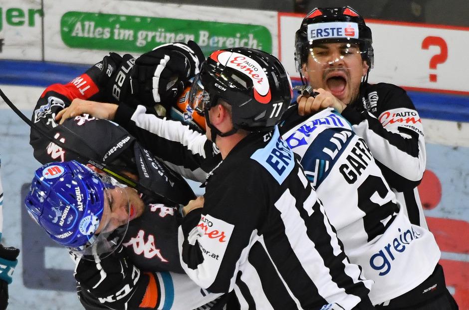 Hinein ins Getümmel – Haie-Crack Thomas Vallant (l.) schnappte sich den Linzern Gaffal, ehe das Schiedsrichtergespann gestern zur Tat schritt.