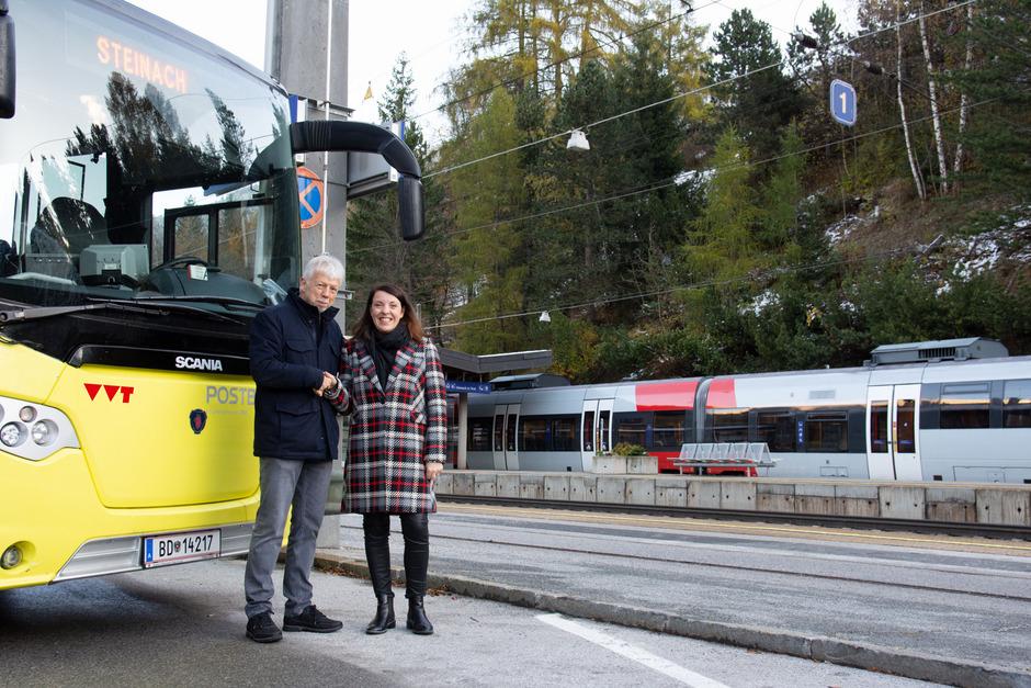TVB-Obmann Kurt Hasenbacher und Nicole Saxer vom VVT freuen sich über die Kooperation. Wipptal-Gäste können demnach ab 1. Jänner die Öffis innerhalb des Tals und nach Innsbruck gratis nutzen.