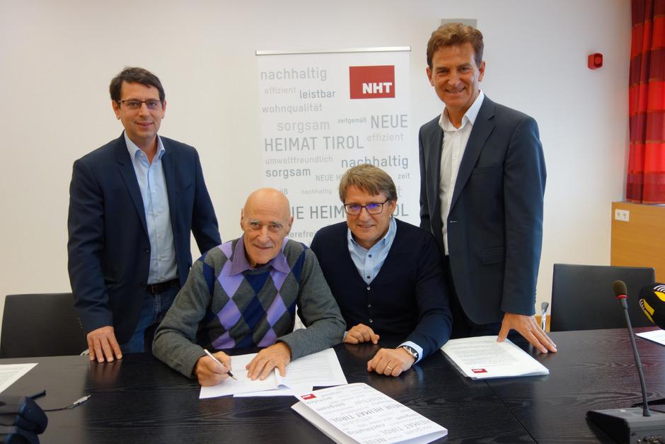 BM Edgar Kopp (2.v.l.) und NHT-Geschäftsführer Hannes Gschwentner (2.v.r.) unterschrieben gestern den Optionsvertrag für das Baurecht, flankiert von GR Markus Prajczer (l.) und Vize-BM Romed Giner.