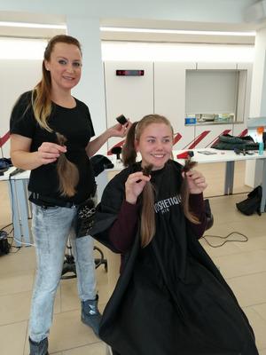 Sie wechselte mithilfe von Friseurin Nina Grossauer von schulterlang zu Glatze.