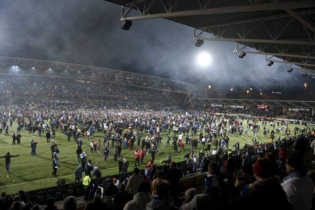 Platzsturm der Fans nach dem Sieg über Liechtenstein in Helsinki.