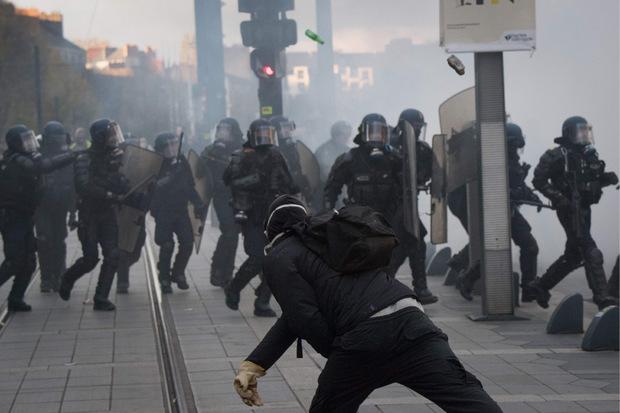 Polizisten wurden mit Flaschen und Steinen beworfen.