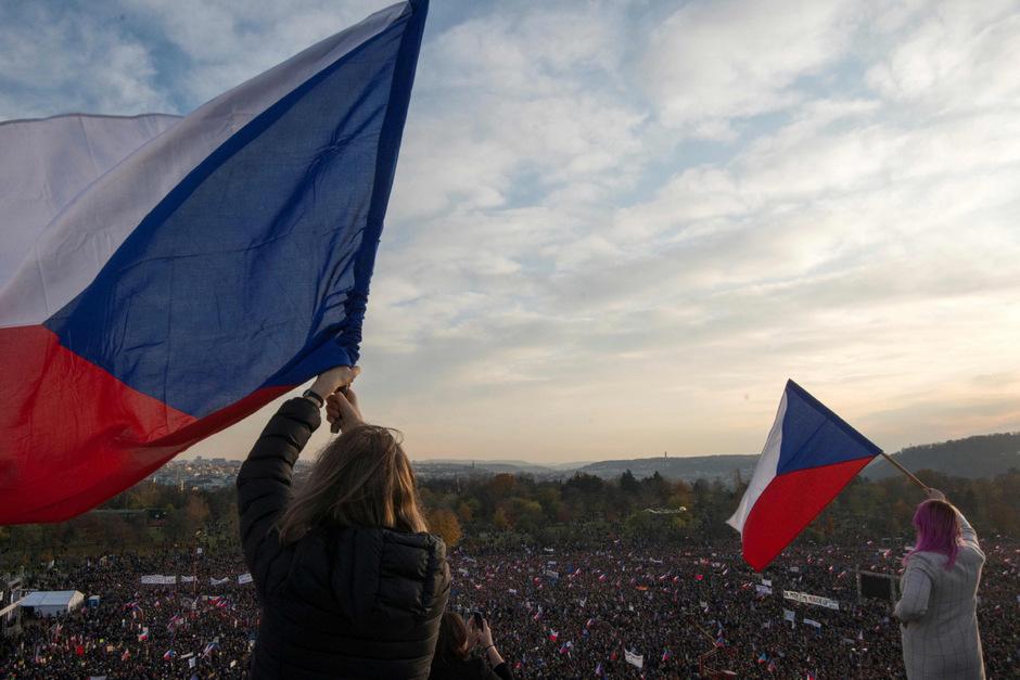 Rund 250.000 Tschechen haben am Samstag bei einer Demonstration in Prag den Rücktritt von Regierungschef Andrej Babis gefordert.