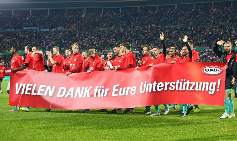 Mit einem Transparent und einer Ehrenrunde starteten die ÖFB-Kicker die Partynacht in Wien.