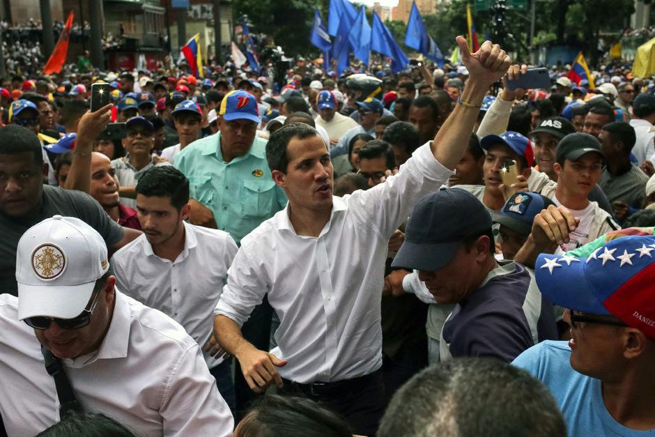 Übergangspräsident Juan Guaido zeigte sich inmitten der Demonstranten.