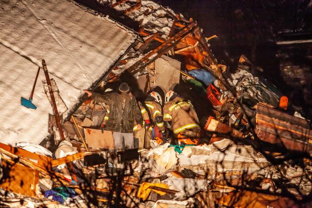 Einsatzkräfte suchten im Pongau nach einer Frau in einem verschütteten Haus.
