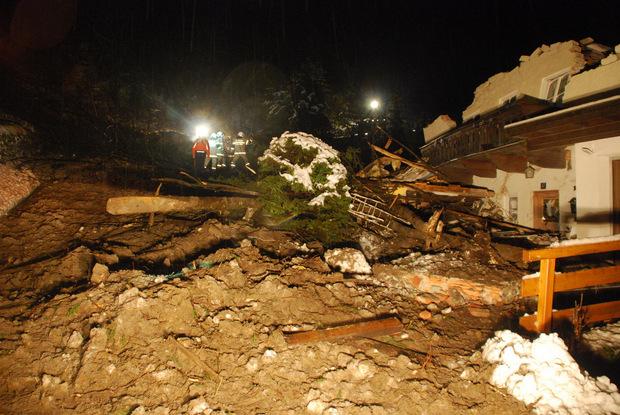 Im Ortsteil Badbruck in der Gemeinde Bad Gastein im Salzburger Pongau ist eine Mure auf zwei Wohnhäuser niedergegangen.