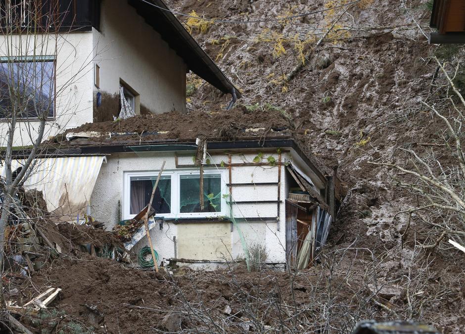 In Bad Kleinkirchheim im Bezirk Spittal wurde am Montag ein Wohnhaus von einer Mure getroffen und fast völlig zerstört. Ein Mann wurde getötet.